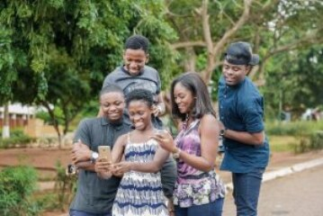 YOLO actors read news on TV3